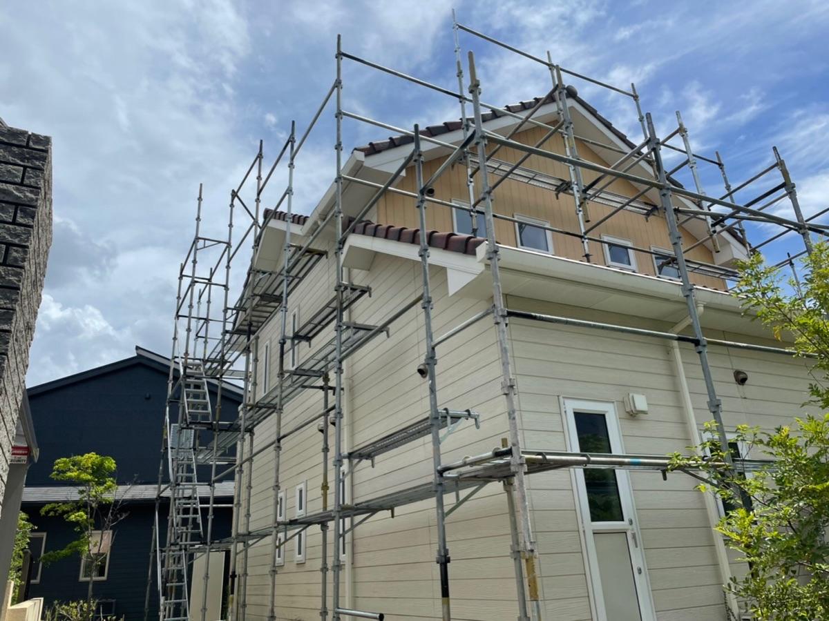 福岡市東区の一軒家≪外壁塗り替えに必要な足場を組みてていきます≫