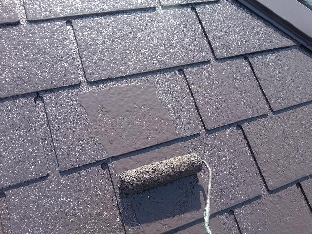 ローラー塗り途中の屋根写真