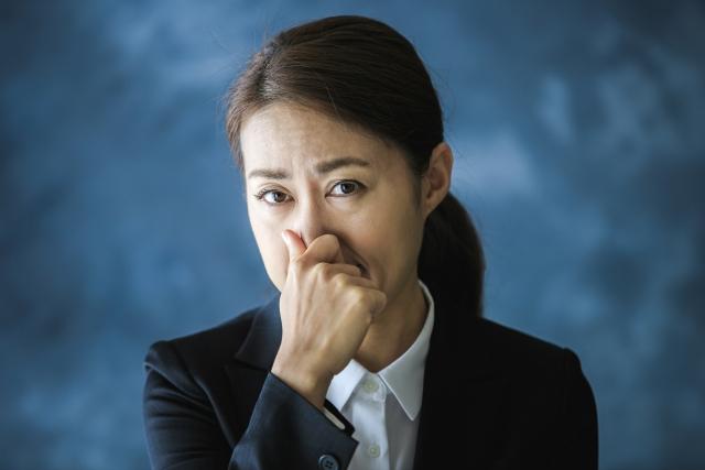 臭い表情の女性