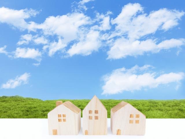 空と草と家