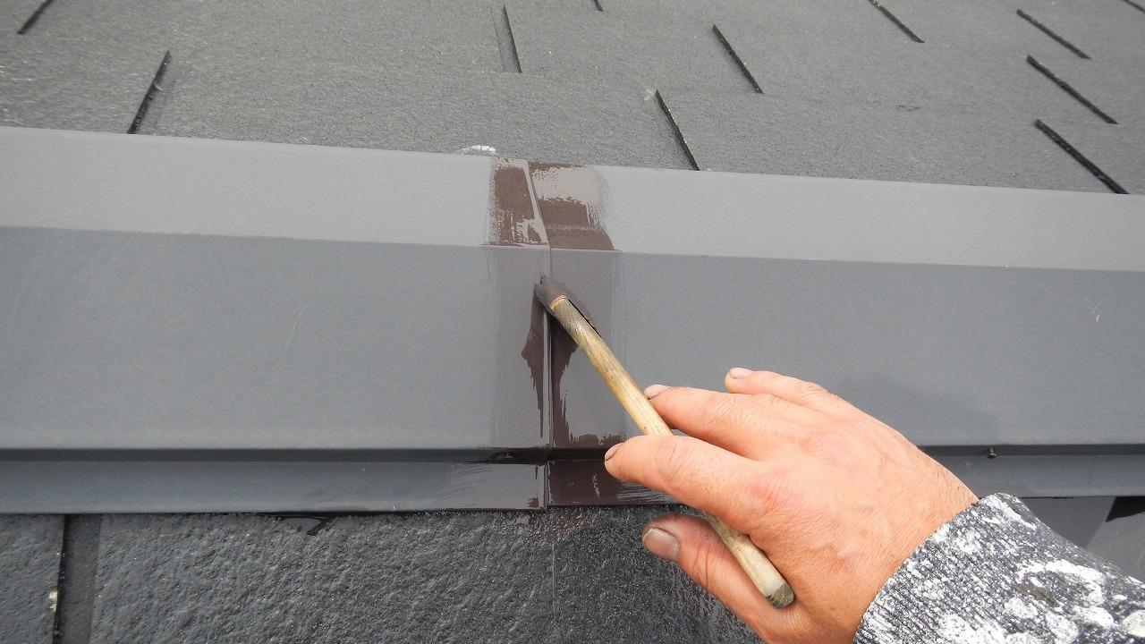 棟を刷毛で塗装
