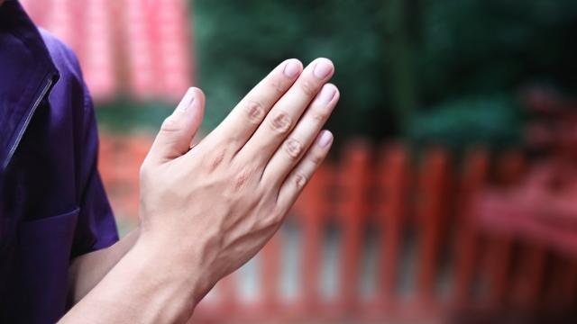 手で祈る人