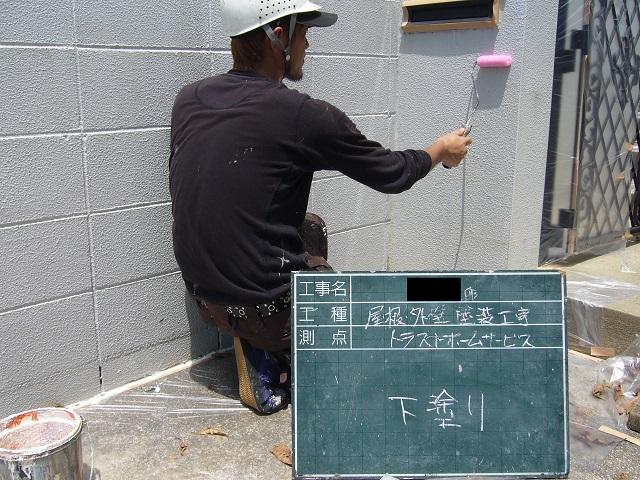 門‗外壁下塗りをしている写真