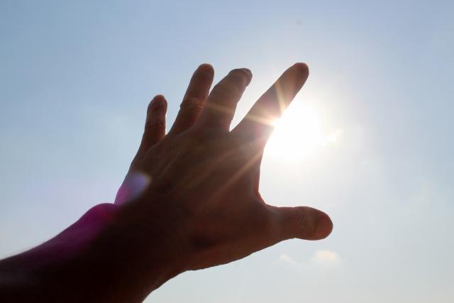 キラキラ輝く手の写真